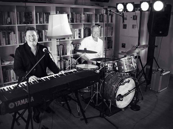 Musik med Steen Frederiksen - Trine og Karl står i baren